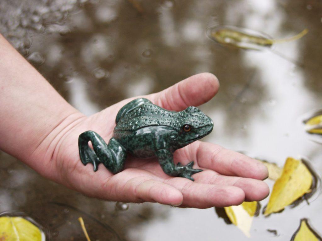 Gemstone cutting artwork Frog by stone cutter artist Dmitriy Emelyanenko