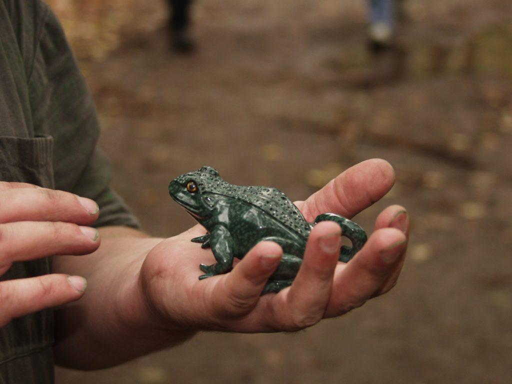 Gemstone cutting work Frog by artist Dmitriy Emelyanenko