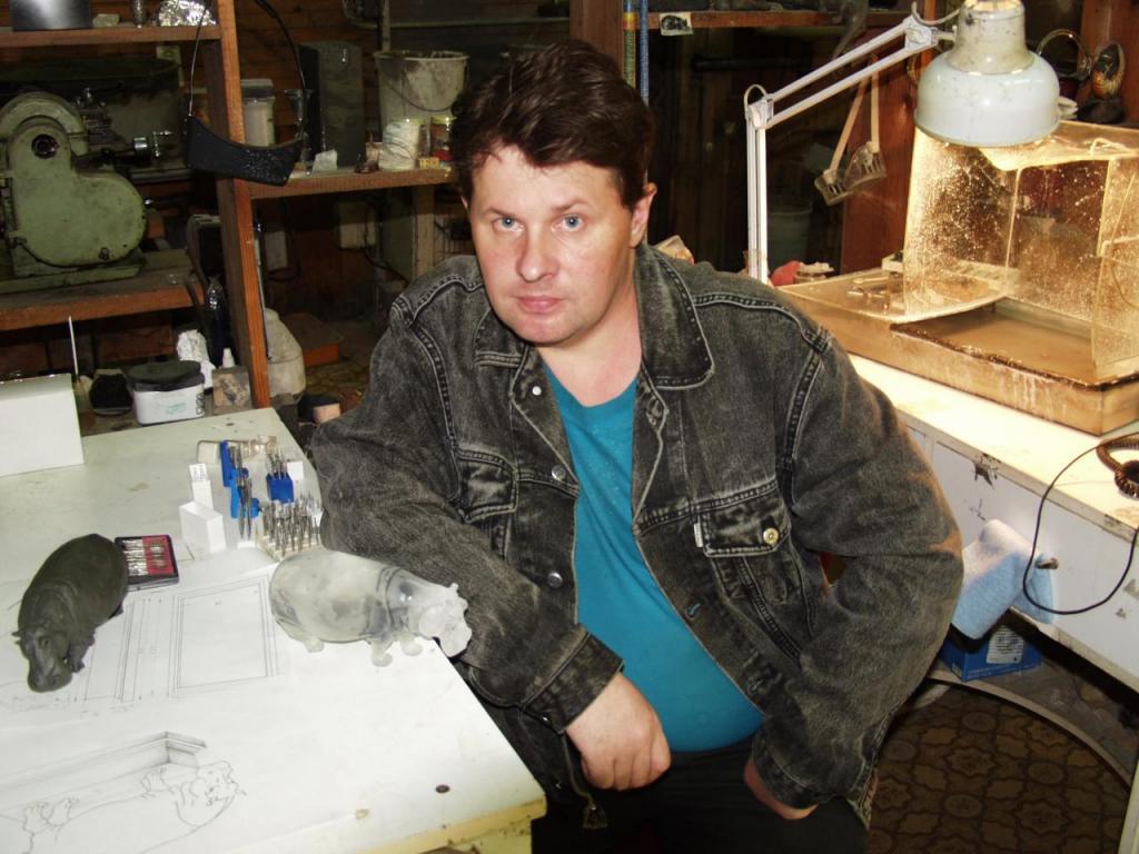 Дмитрий Емельяненко в своей мастерской в процессе создания камнерезного изделия «Бегемот».