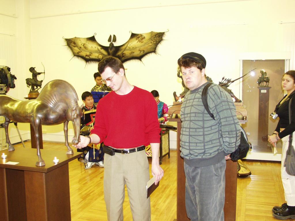 Денис Богомазов и Дмитрий Емельяненко на выставке Даши Намдакова