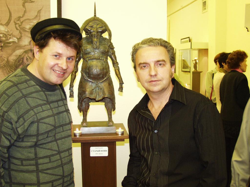 Дмитрий Емельяненко и Владимир Шахрин, лидер группы «Чайф», со скульптурой «Старый воин» на выставке Даши Намдакова