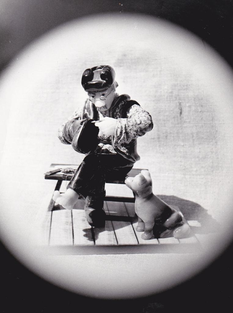 Произведение камнерезного искусства Валенки 1988 год. Камнерезная работа Емельяненко Дмитрия Николаевича, художника-камнереза, мастера канерезного искусства. Резьба по камню. Объемная мозаика (блокированная скульптура).